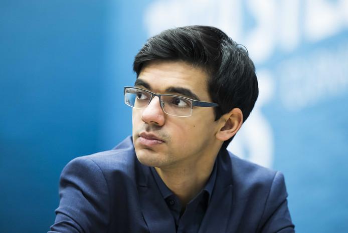 De Nederlander Anish Giri  tijdens  zijn partij tegen de Indiër Viswanathan Anand, in  de zesde  ronde van het 80e Tata Steel schaaktoernooi.