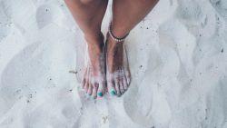 Zandvoeten van het strand? Met dit trucje krijg je ze in een wip weer schoon