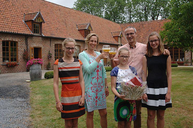 Bruno Delrue en Gudrun Vandoorne met dochters Fien, Elke en Lies nemen hun intrek in Goed te Nieuwenhove.