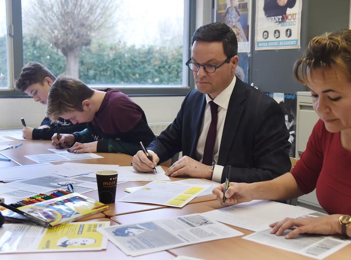 Sem, Tim, burgemeester Bas van den Tillaar en docente Marcela Simons (vlnr) schrijven brieven aan diverse regeringen, die de rechten van de mens schenden.