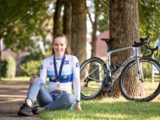 Ilse Pluimers gaat voor het eerst in kampioenstrui op de fiets