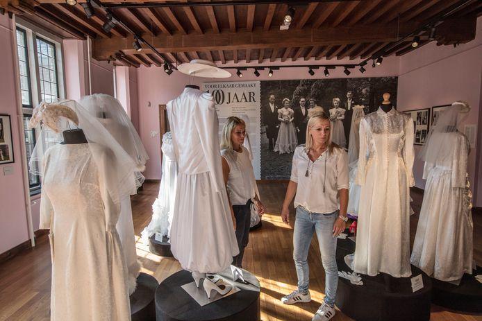 Meriam (l) en Monique Schellekens van bruidsmodezaak Dora Bijsterveld op de tentoonstelling 'voor elkaar gemaakt' in het Helmondse kasteel.