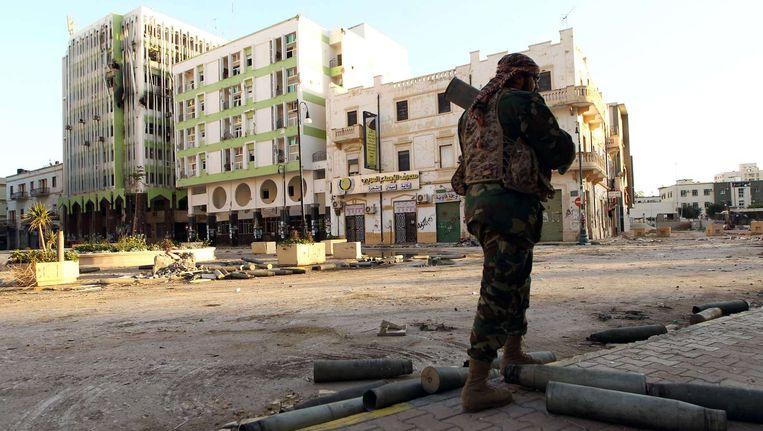 Een Libische militair patrouilleert door de straten van Benghazi. Beeld afp
