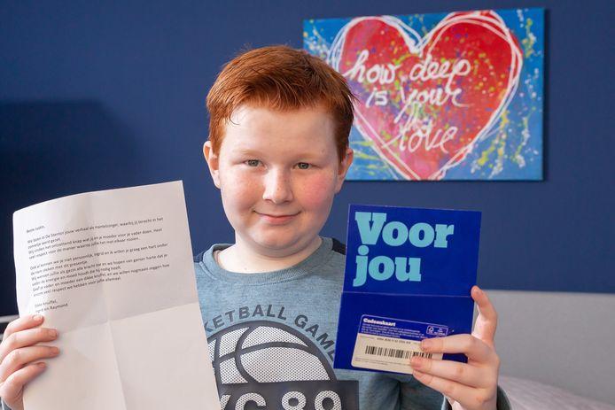 Justin (12) met zijn cadeaubon en de brief