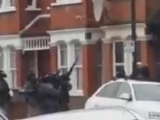Heftige politie-inval in Londen gefilmd door ooggetuige