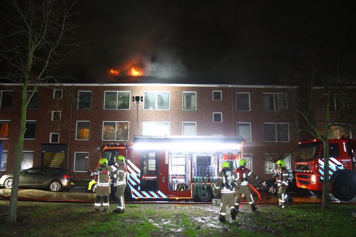 De daken van verschillende woningen aan de Insulindesingel in Vlaardingen staan in brand.