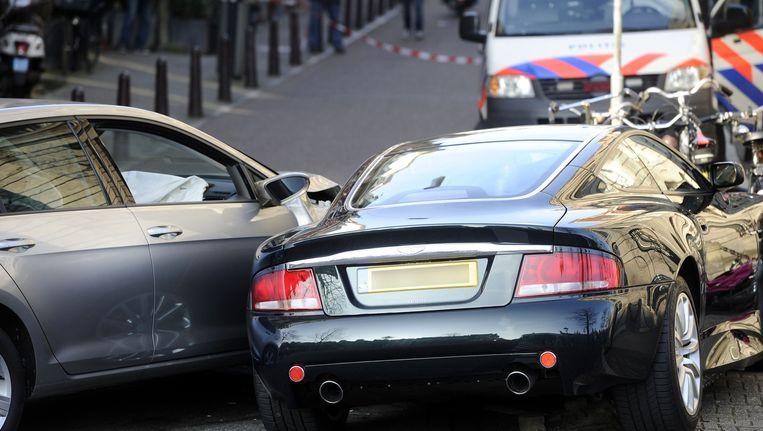 De auto (rechts) van Bram Moszkowicz op de Nieuwe Spiegelstraat vlak na de aanrijding Beeld anp
