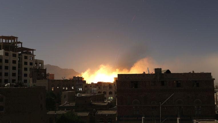 Een bombardement in de Jemenitische stad Sanaa. Beeld epa