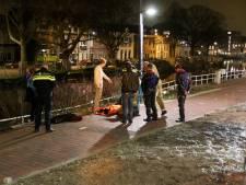 Omstanders redden fietsster uit water Zuidwal