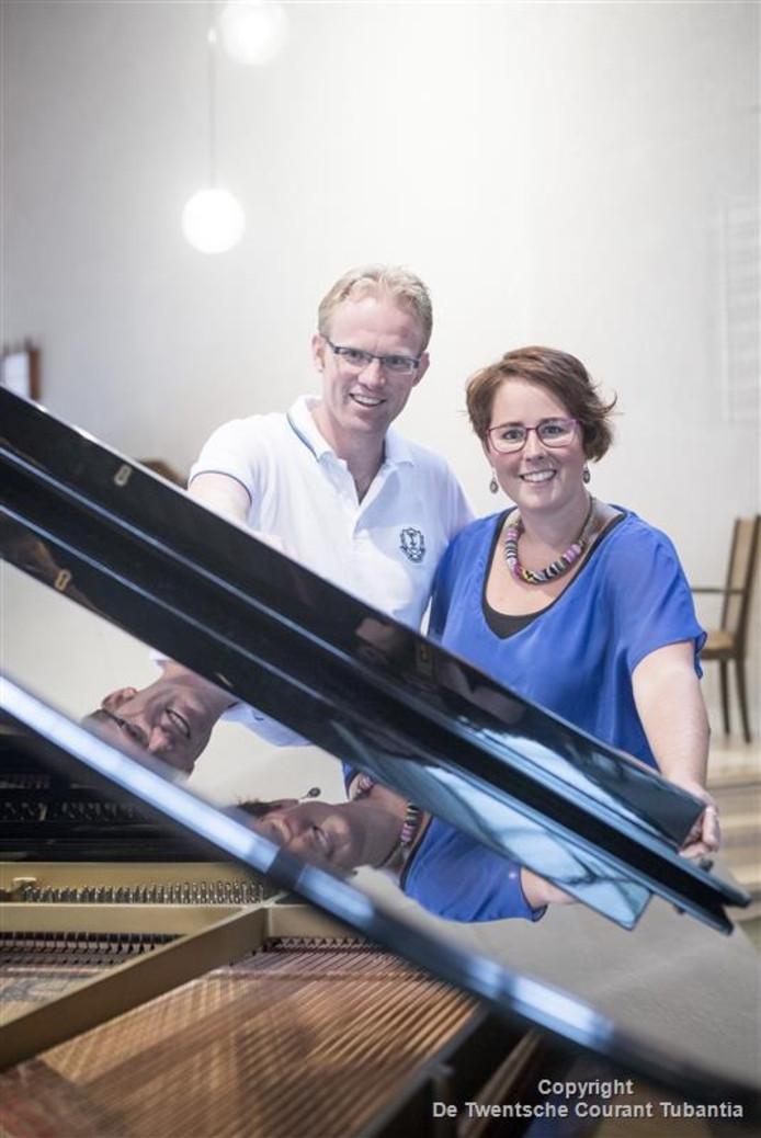 Bram en Janine achter de vleugel in de Ontmoetingskerk waar ze gaan optreden.