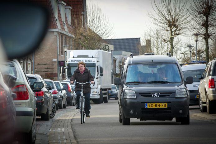 De Zandstraat in Beneden-Leeuwen wordt al jaren gezien als een gevaarlijke winkelstraat voor voetgangers en fietsers.
