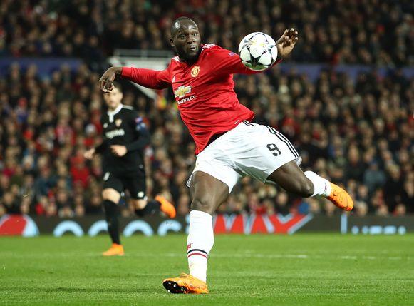 Romelu Lukaku neemt de bal hoog op de slof.