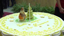 Paus Franciscus viert 82ste verjaardag met taart