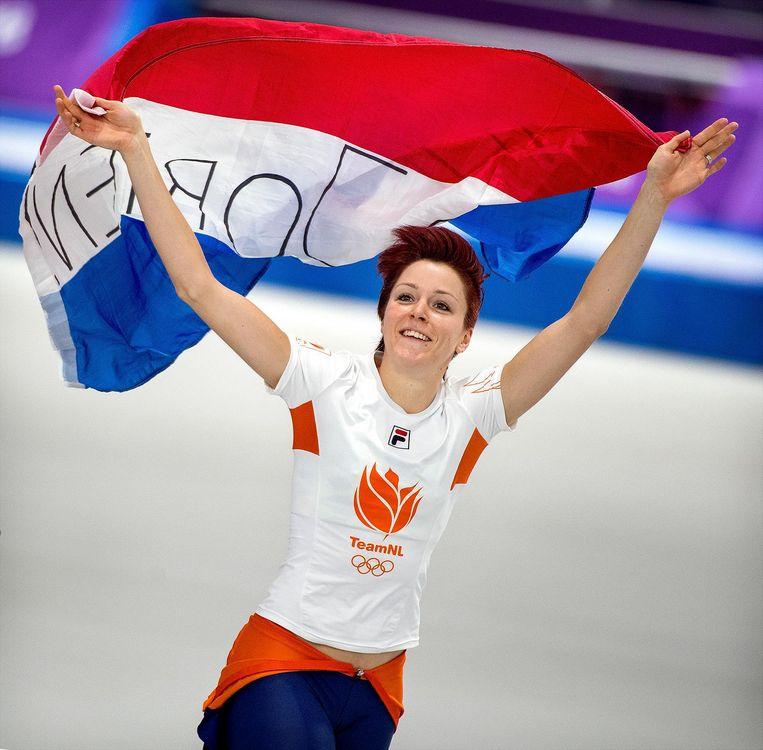 Jorien ter Mors maakt een ererondje met de Nederlandse vlag na de 1.000 meter. Beeld Klaas Jan van der Weij / de Volkskrant