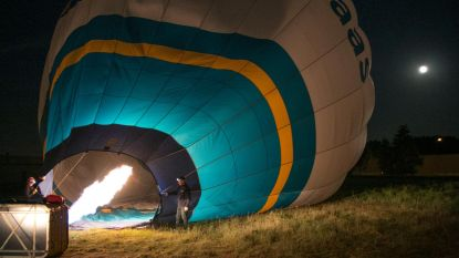 Met luchtballon over slapende stad