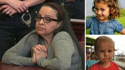 Nanny weigert te kijken als jury foto's te zien krijgt van bloedbad dat ze aanrichtte toen ze twee kinderen doodstak in bad