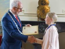 Doppenmeisje Tara (12) uit Nijkerk krijgt lintje van burgemeester