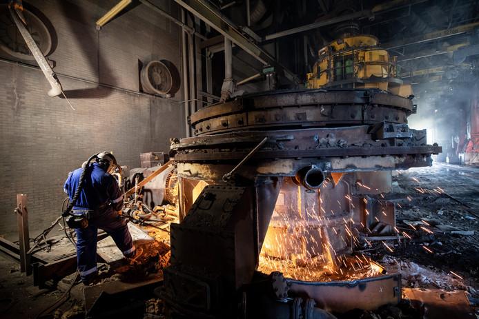 Met een snijbrander word een kolenmolen gesloopt