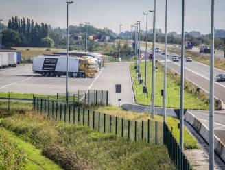 Met deze ingrepen wil Vlaanderen transmigranten op snelwegparking Westkerke ontmoedigen