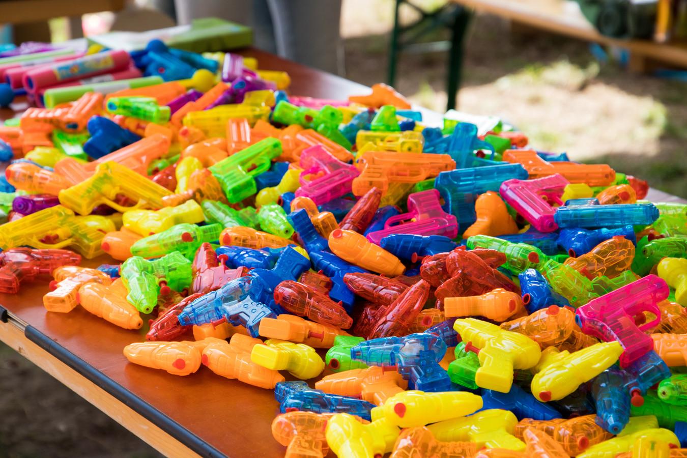De wapens voor het watergevecht liggen klaar.