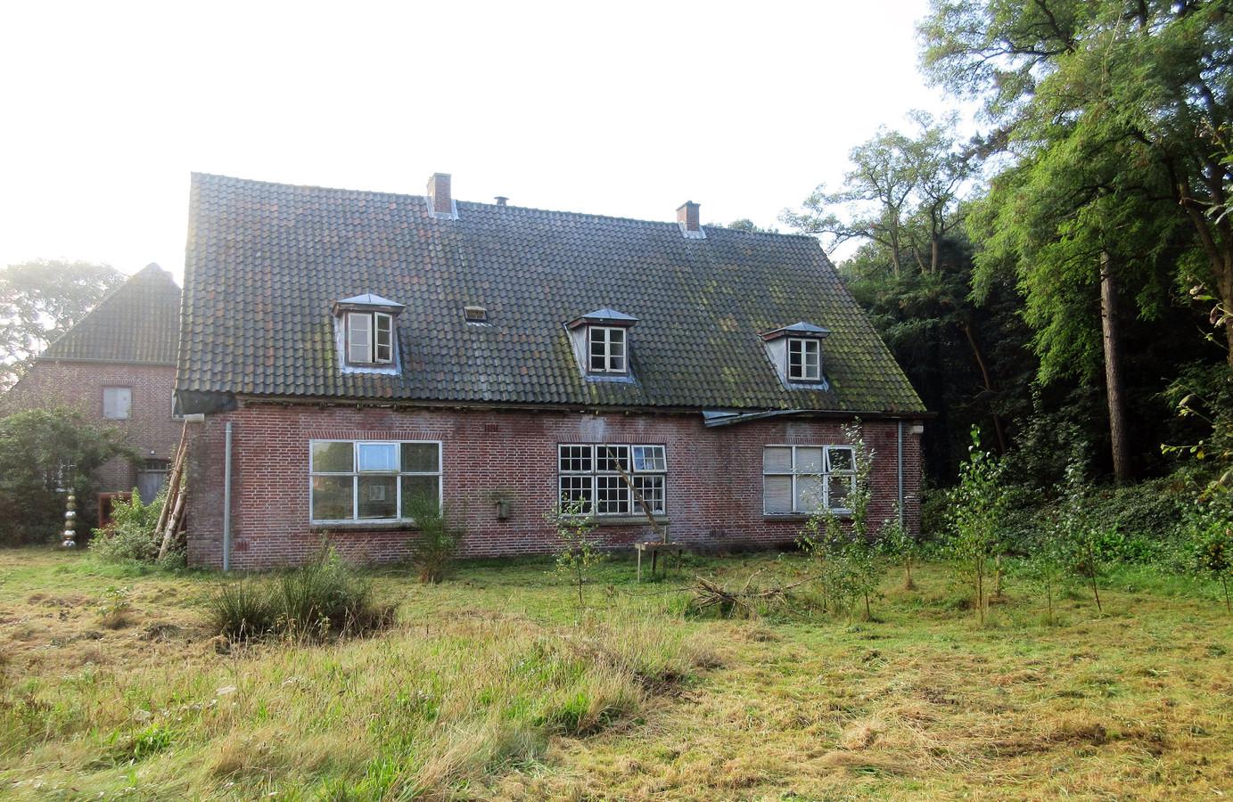 Gebouw 40 op AZC Prinsenbosch in Gilze dat antikraak wordt bewoond is een van de voormalige officierswoningen die er slecht bij staan.