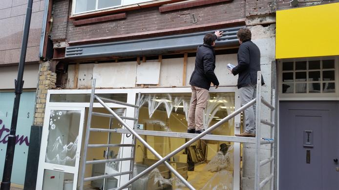 Ton Kemkens (links) en Hein Koppens bestuderen hun onverwachte ontdekking op Kerkstraat 2.
