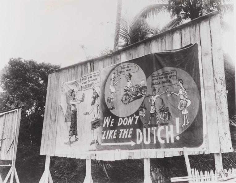 Een spandoek op Java met anti-Nederlandse propaganda: 'We don't like the Dutch', september 1945. Beeld RV
