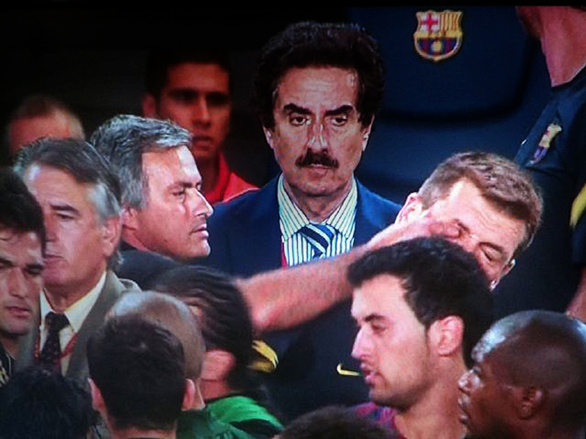 Mourinho steekt een vinger in het oog van Tito Vilanova.