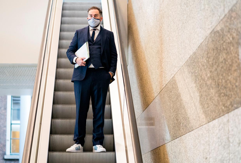 Klaas Dijkhoff in de wandelgangen van de Tweede Kamer tijdens de schorsing van het debat over corona. Beeld Freek van den Bergh / de Volkskrant