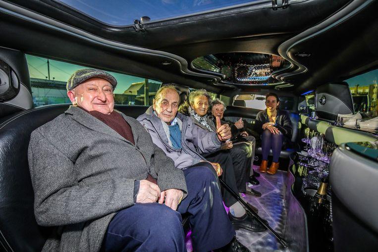 """Gilbert, tweede van links, had het naar zijn zin in de limousine: """"Wel een beetje warm"""", vond hij."""
