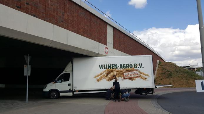 Vrachtwagen rijdt zich vast onder stadsbrug De Oversteek in Nijmegen.