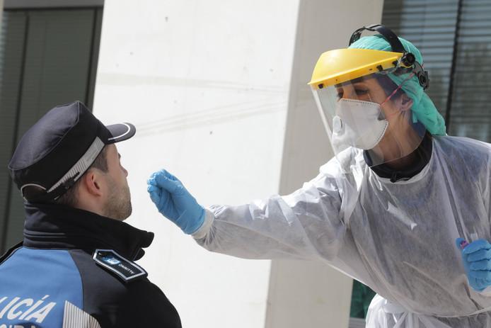 Een Spaanse agent wordt getest op covid-19