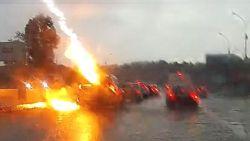 Indrukwekkende beelden: auto wordt tot twee keer toe getroffen door bliksem