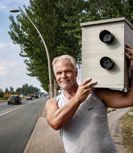 Sjaak is hardrijders voor zijn huis beu en maakt een nep-flitspaal: 'Ben dat lawaai spuugzat'
