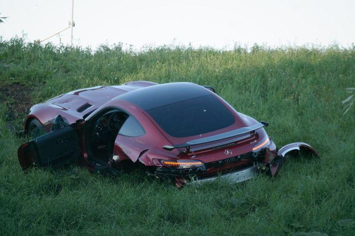 Dure Mercedes zwaar beschadigd na botsing op de Kanaaldijk in Gouda.