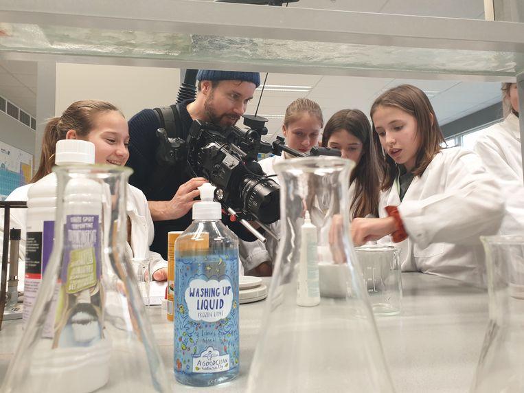 Filmmaker Lucas Bols filmt leerlingen in het chemielokaal.