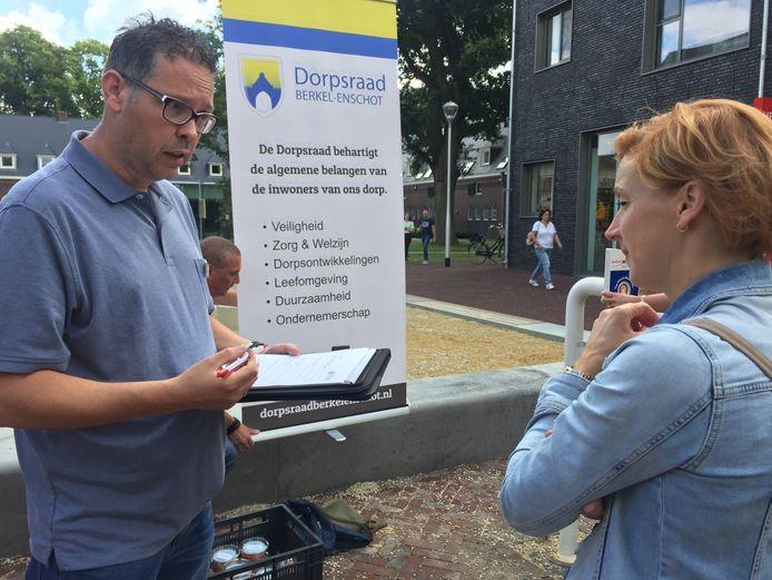 Mevrouw Muijs geeft haar mening bij dorpsraadslid Willem van Laak (links) over Berkel-Enschot.