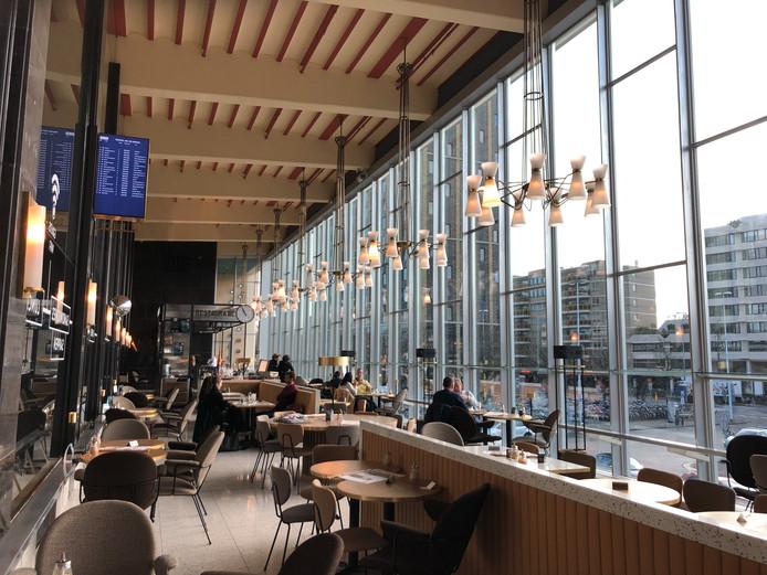 De restauratie boven de ingang van het station in Eindhoven is in oude luister hersteld.