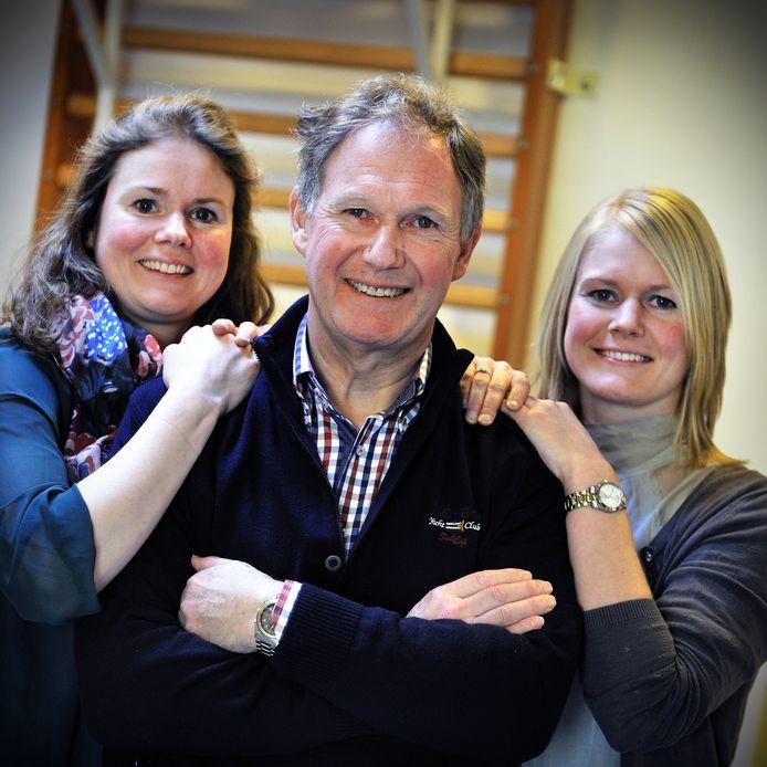 Dick van Zuilichem, geflankeerd door zijn dochters Marieke links en Carry.