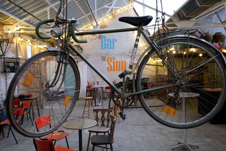 Een beeld van Bar Sion: een fiets mocht niet ontbreken in het decor.