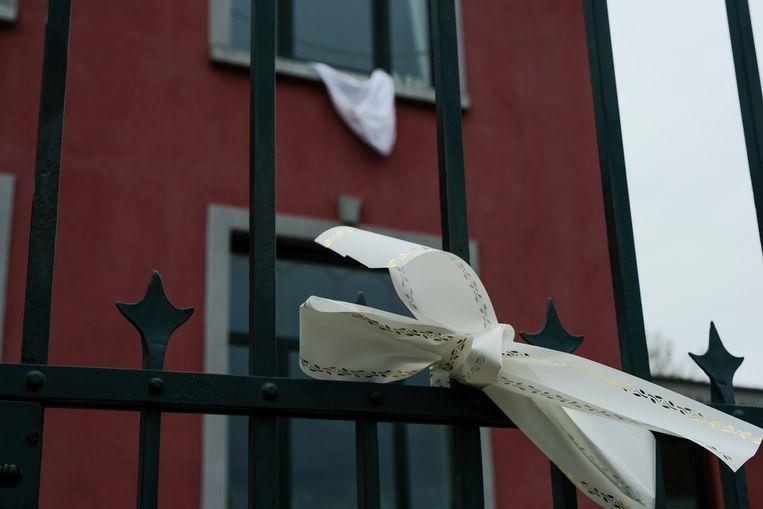 witte linten en lakens in de Vanheylenstraat