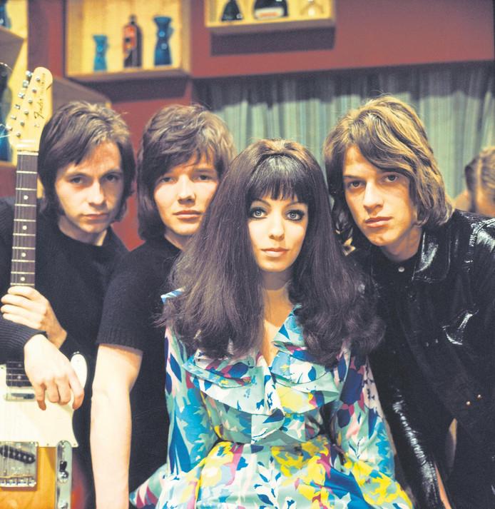 Shocking Blue met zangeres Mariska Veres. Links Robbie van Leeuwen.