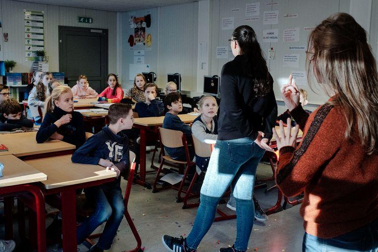 Aan de gebarentolk in de klas zijn de kinderen zo gewend.  Beeld Merlin Daleman