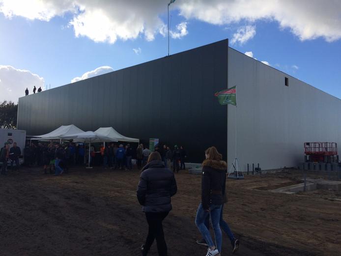 De nieuwe hal van tuinbouwbedrijf Compliment staat aan de Zeelandsedijk in Volkel. Vandaag werd het hoogste punt gevierd, in maart moeten kantoor en hal klaar zijn.
