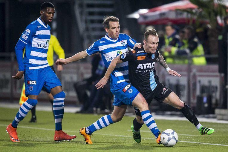 De Graafschap speler Mark Diemers (R) en PEC Zwolle-spelers Wout Brama en Kingsley Ehizibue. Beeld ANP