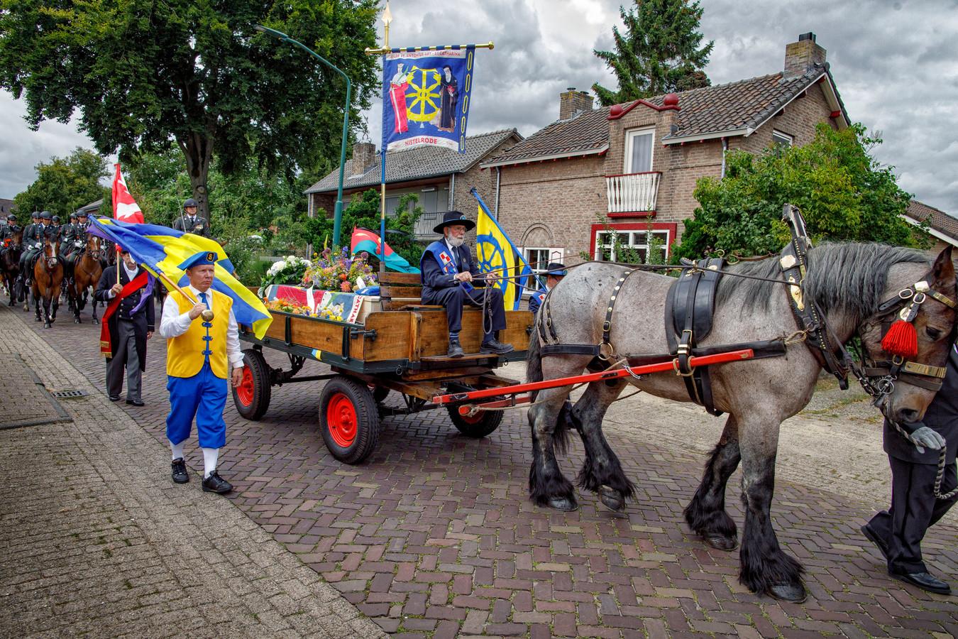 Ruud van der Linde werd bij zijn uitvaart op een platte kar door Nistelrode gereden.
