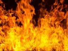 Woonwagen vliegt in brand in Kleef, gasflessen dreigen te ontploffen