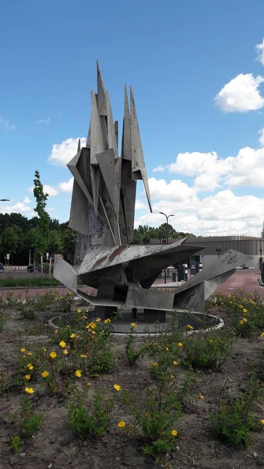 Het metalen kunstwerk van Kees Keijzer staat nu op het parkeerterrein aan de Parklaan, tussen het nieuwe zwembad en het toekomstige cultureel centrum. Foto John Bas