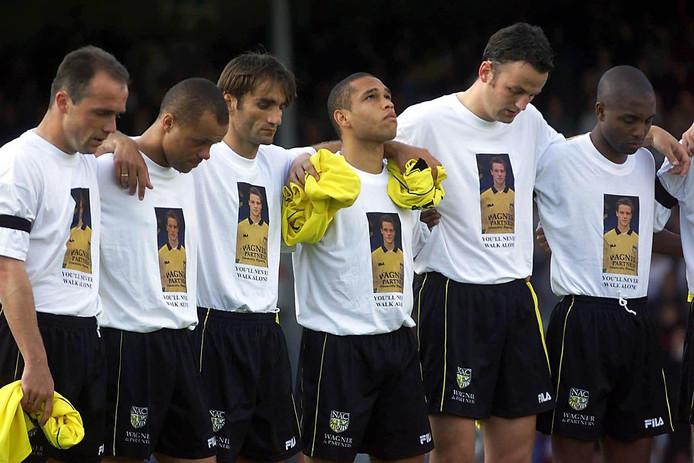 De emotionele NAC-spelers houden één minuut stilte na het overlijden van ploeggenoot Ferry van Vliet. (v.l.n.r. Alfred Schreuder, Earnest Stewart, Nebosja Gudelj, Cristiano, Penders en Bryan Roy)