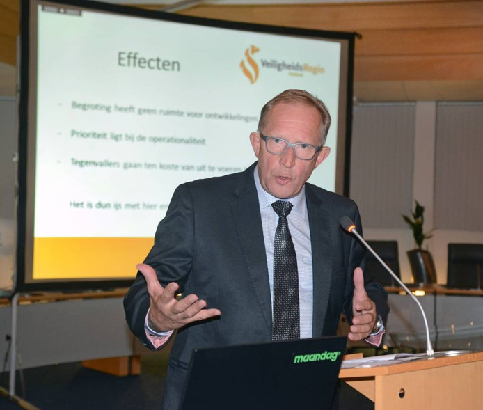 Elie van Strien bij zijn toelichting op de VRZ-begroting voor de gemeenteraad van Schouwen-Duiveland. foto Marieke Mandemaker